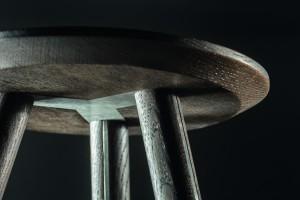 Das besondere Erkennungsmerkmal: Die Verbindung der gedrechselten Beine mit der an der Unterseite abgeschrägten, konisch zulaufenden Holzplatte. © TRAPA GmbH