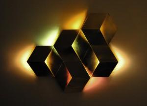 3D Licht fasziniert mit Dreidimensionalität und Modularität – und beeindruckt insbesondere in eingeschaltetem Zustand. © ka.ma interior design