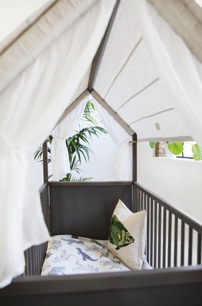 """Bett, Wickeltisch & Spielhaus – das Bett ist """"all in one"""" und das Herzstück des Stokke® Home™. © Stokke®"""