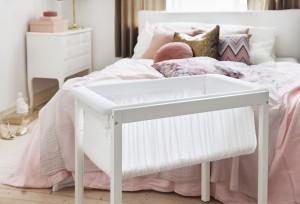 Die Stokke® Home™ Wiege sorgt mit warmen, leichten Textilien für optimalen Schlafkomfort und ist auch als Tagesbett nutzbar. © Stokke®