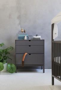 Viel Platz in optimaler Höhe bietet die Stokke® Home™ Kommode - und Freiraum für die Füße unterhalb. © Stokke®