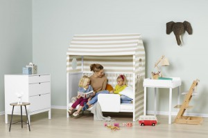 Der flexibel an anderen Modulen befestigbare Stokke® Home™ Wickeltisch, der später auch als Spieltisch verwendet werden kann, ergänzt das modulare, mitwachsende Konzept. © Stokke®