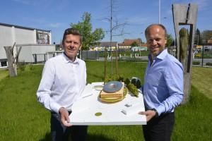 Große Freude: Dr. Emprechtinger, geschäftsführender Inhaber, und Hermann Pretzl von TEAM 7 mit dem siegreichen Modell des japanischen Architekten. © TEAM 7
