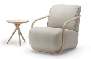 Ein bodennahes Sitzpolster und ein weiches Rückenkissen werden von einem filigranen Bugholzbügel gerahmt. © Thonet
