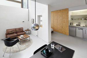 """Den komfortablen """"Minimalraum"""" realisierten wiewiorra hopp schwark architekten in der Berliner Galerie Plattenpalast. © Christian Rose"""