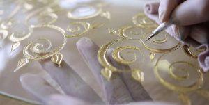 Von Meisterhand werden die Accessoires gefertigt und veredelt. © KOLARZ
