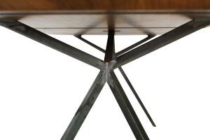 """Der """"KT11"""" in Massivholz und Stahl spricht Kroepfls architektonische, demokratische Designsprache. © Harald Gorbach"""