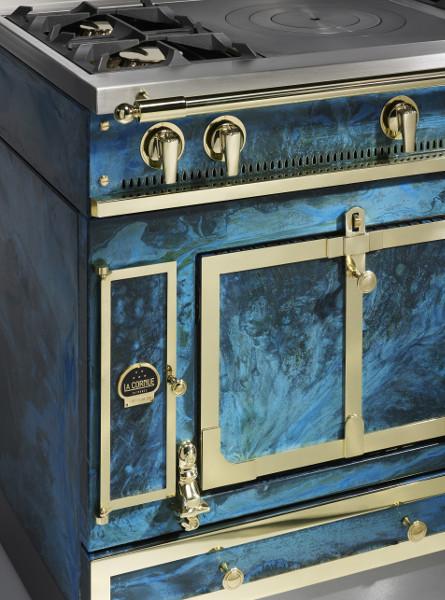 In elektrischem Blau verzaubert das Design-Schmuckstück von La Cornue. © La Cornue