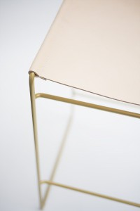 Kontrastreich: Feinstes Leder trifft beim Tilda Barhocker auf eine glänzende, metallische Oberfläche. © Peter Philip