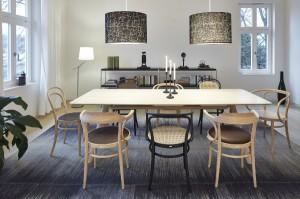 Eingezogen und zu sehen ist u.a. der neue Bugholztisch 1060 von Designer Jorre van Ast. © Thonet