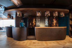 Seliger entwarf auch das kreative Herzstück des Seliger-Schauraums: Eine Bar aus Holz. © evakees