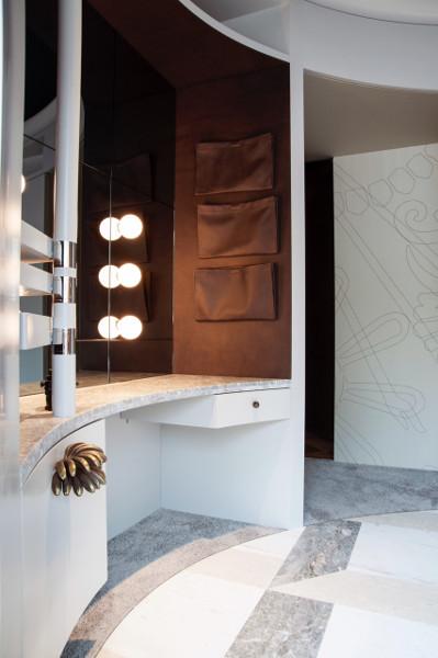 Das traditionelle Ankleidezimmer interpretiert Gregor Eichinger zeitgemäß und mit vielen raffinierten Details neu. © evakees