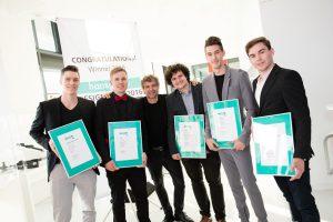 Die Gewinner des Hansgrohe Design Prize by iF (v.l.): Philipp Emmert, Kai Klemett, Eric Kerti, Rok Kostanjšek und Rik Oudenhoven mit Philippe Grohe (3.v.r.). © iF