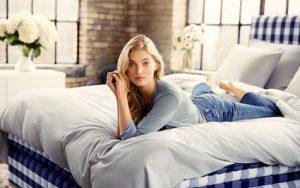 Top-Model Elsa Hosk bettet sich mit Hästens ins Luxus und natürlich besten Schlafkomfort. © Hästens