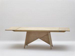 Die Inaya-Möbel von Rudolph M. Schindler bereichern das MAK. Gezeigt wird u.a. der Esstisch für Beata Inayas Apartment in Los Angeles. © MAK/Georg Mayer