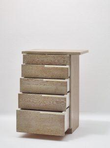 Die Möbelstücke wie die Kommode für das Inayas Apartment in L.A. wurden aus Sperrholz aus Douglasienholz gefertigt . © MAK/Georg Mayer