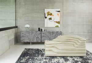 Zwei Entwurfskonzepte der ersten Stunde: Das Sideboard Stripe von Trix & Robert Haussmann und das Sofa de Sede DS-1025 von Ubald Klug. . © de Sede/WOGG