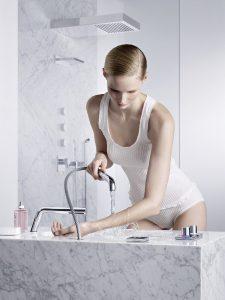 Dornbracht macht das Bad zum Private Spa. Ganz einfach Wellbeing ermöglicht u.a. das Gießrohr am Waschtisch für die Hydrotherapie in den eigenen vier Wänden. © Stephan Abry