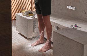 Die Dornbracht Leg Shower bereichert das Private Spa um eine Anwendung für automatisierte Beingüsse – solo oder als ideale Ergänzung zu Comfort Shower. © Thomas Popinger