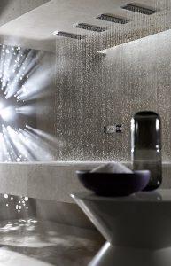 Wassererlebnis im Liegen – die Dornbracht Horizontal Shower mit sechs Massagedüsen macht's möglich. © Thomas Popinger