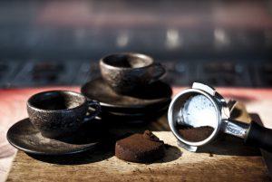 Designer Julian Lechner und sein Label machen aus altem Kaffee moderne Kaffeetassen. © Kaffeeform