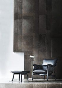 """Designt von EOOS, erweitert der komfortable Sessel mit dazu passendem Hocker die """"Embrace""""-Möbelserie"""". © Carl Hansen & Søn"""