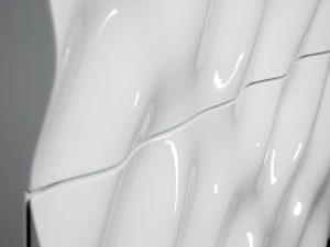 """""""Designed and made in Austria"""", beeindruckt die Badmöbelserie mit ihrem Wellendesign und ihrer Haptik. © Klaus Fritsch"""