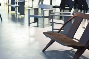 Gezeigt werden die formschönen Sessel aus Holz und Kreationen des bekannten Unternehmens. © Daniela Trost für designforum Wien