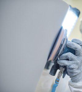 Feine Fertigung: Mit der Schleifmaschine werden die ikonischen Konturen der Cape Cod Wanne nachgezogen. © Duravit