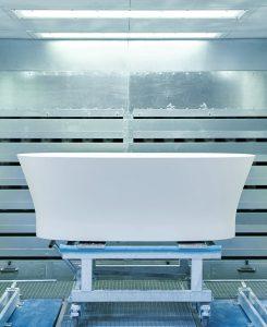 Bühnenreif: Die Badewanne im Rampenlicht der Schleifkabine. © Duravit