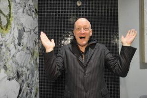 Sichtlich Spaß in der exklusiven Präsentation hatte Musiker Gary Howard. © KÖSE Badkultur