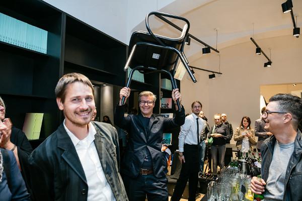 """Designer Thomas Feichtner mit dem bekannten """"Tram"""". © TON"""