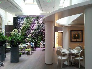 Innen und außen, privat und Objekt: Die grünen Wände des Labels machen überall beste Figur – u.a. auch im Wiener Hotel Kempinski. © Vertical Magic Garden