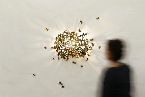 """""""Limited moths – catocala conversa"""", eine Lichtquelle, die von 1.160 durchnummerierten Nachtfaltern aus Messing quasi umschwirrt wird. © mischer'traxler"""