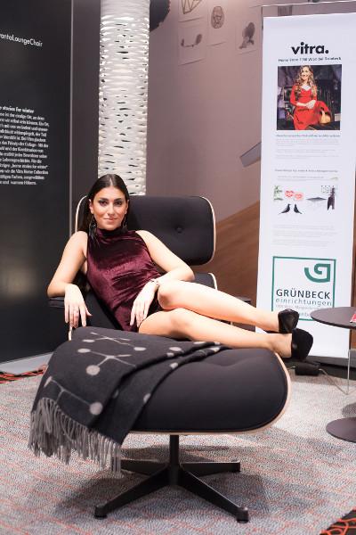 """Cool: Auf der """"Design 2016"""" konnte mit dem Vitra Lounge-Chair für das aktuelle Special by Grünbeck posiert werden, das u.a. im Grünbeck-Schauraum weiter geht. © Moni Fellner"""