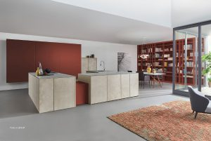 """Beeindruckendes Highlight: Die Küche Stone zeigt LEICHT auf der LivingKitchen in """"l'ocre rouge"""" aus Les Couleurs® Le Corbusier. © Foto: LEICHT"""