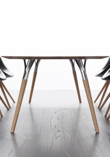 """Reduziert, gewürzt mit Poesie – die Designhandschrift trägt auch der Tisch """"Salt&Pepper"""" von Tonon. © Tonon"""