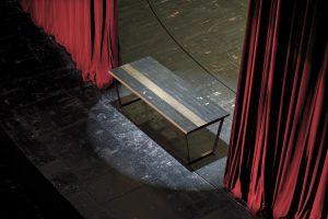 Aus historischem Bühnenboden des Wiener Burgtheaters kreiert Ulrike Nachbargauer einzigartige Tische. © UNA plant